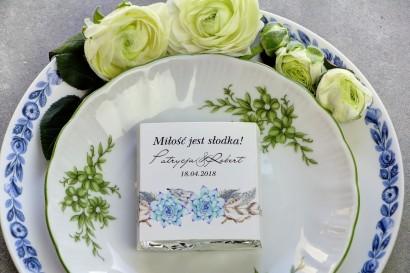 Podziękowanie dla gości weselnych w postaci mlecznej czekoladki, owijka z grafiką w stylu boho z delikatnymi piórkami