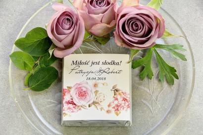Podziękowanie dla gości weselnych w postaci mlecznej czekoladki, owijka z romantycznym połączeniem różowych róż z hortensją
