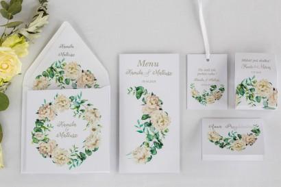 Zaproszenia ślubne z srebrnymi napisami. Wianek z kremowymi piwoniami oraz eukaliptusem
