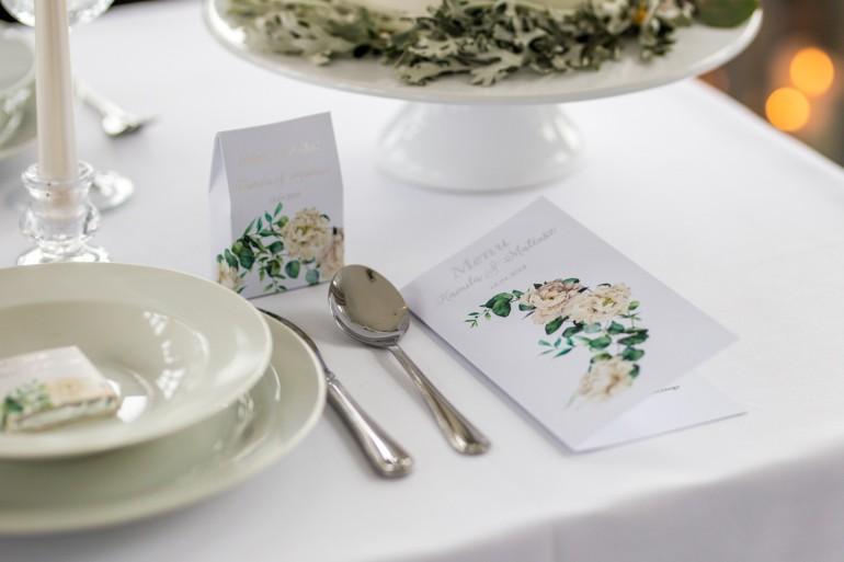 Menu ślubne, weselne ze srebrnymi napisami. Kremowe piwonie oraz eukaliptus.