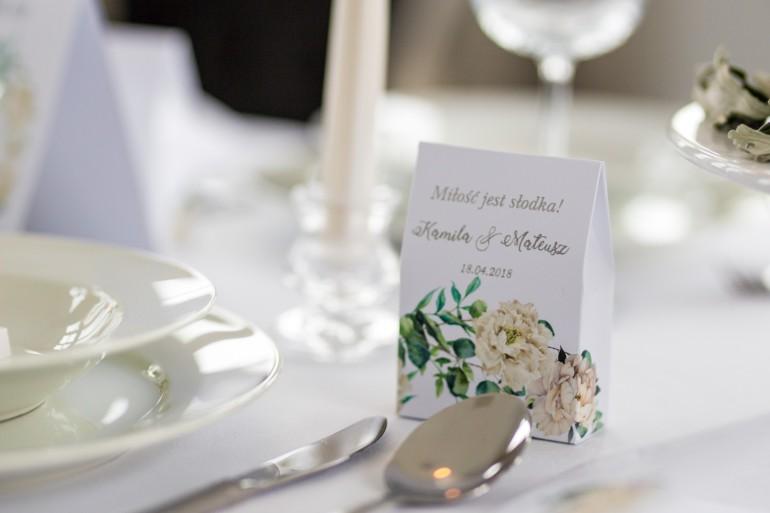 Podziękowanie dla gości weselnych w postaci pudełeczka na słodkości z srebrnymi napisami. Piwonie, eukaliptus