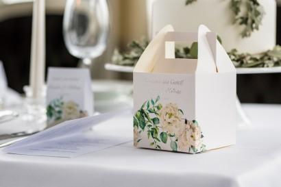 Pudełko na Ciasto weselne z srebrnymi napisami. Grafika z kremowymi piwoniami oraz eukaliptusem
