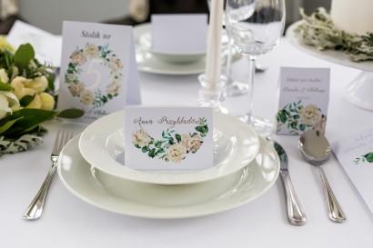 Winietki weselne, wizytówki na stół z srebrnymi napisami (personalizacją). Grafika kremowych piwonii oraz eukaliptusa