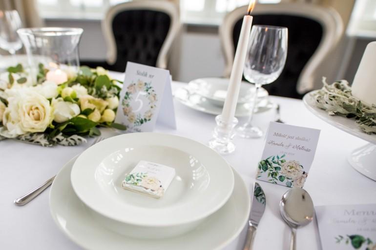 Podziękowanie dla gości weselnych w postaci mlecznej czekoladki, owijka ze srebrnymi napisami oraz grafiką kremowych piwonii