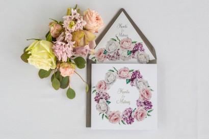 Zaproszenia ślubne z srebrnymi napisami. Wianek z białymi i różowymi piwonia oraz kwiatami bzu