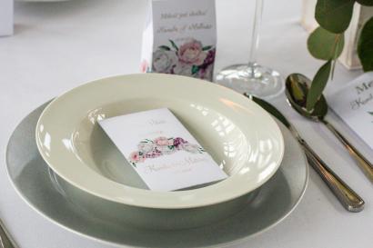 Podziękowanie dla gości w postaci nasion niezapominajki. Opakowanie z srebrnymi napisami oraz białymi i różowymi piwoniami