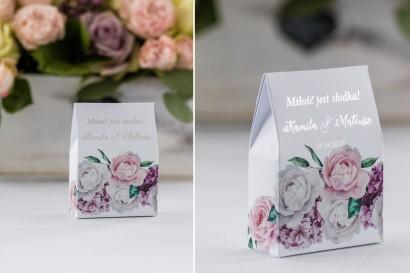 Podziękowanie dla gości weselnych w postaci pudełeczka na słodkości z srebrnymi napisami. Grafika z białymi i różowymi piwoniami