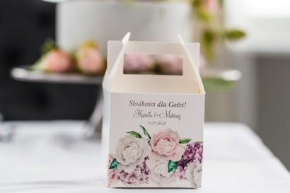 Pudełko na Ciasto weselne z srebrnymi napisami. Grafika z białymi i różowymi piwoniami oraz kwiatem bzu