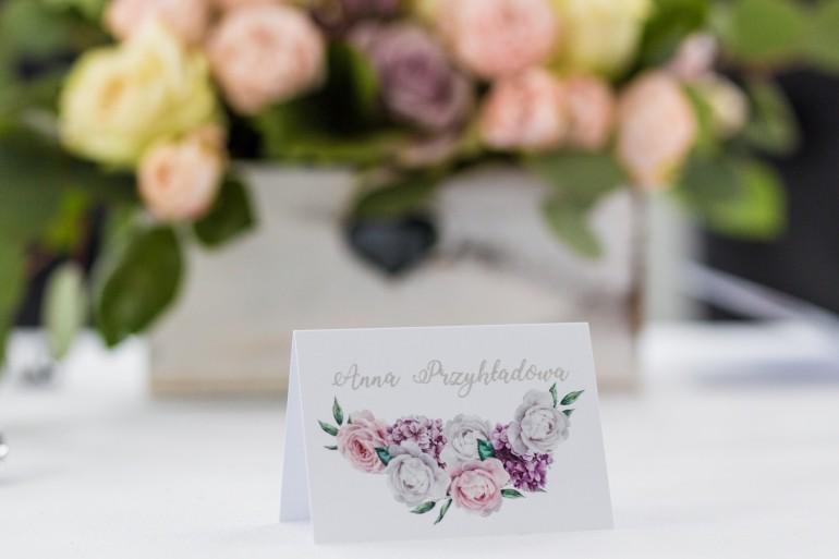 Winietki weselne, wizytówki na stół z srebrnymi napisami (personalizacją). Grafika z białymi i różowymi piwoniami