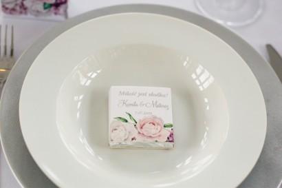 Podziękowanie dla gości weselnych w postaci mlecznej czekoladki, owijka ze srebrnymi napisami
