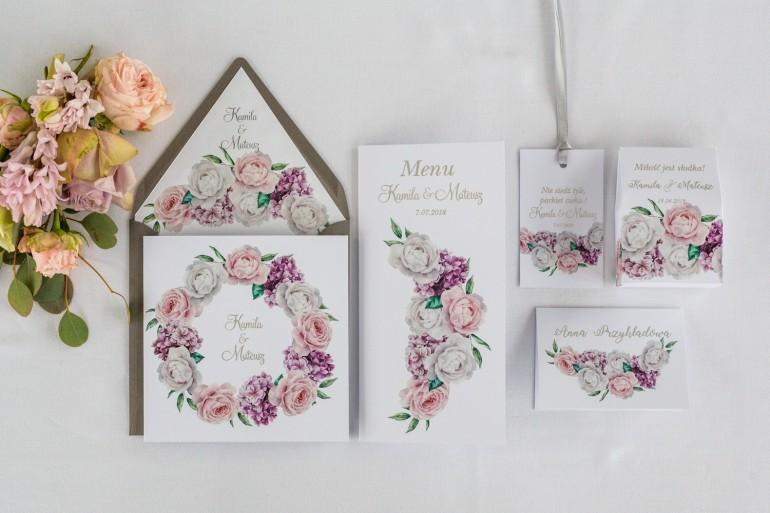 Zestaw próbny zaproszeń ślubnych z srebrnymi napisami oraz piwoniami i kwiatem bzu