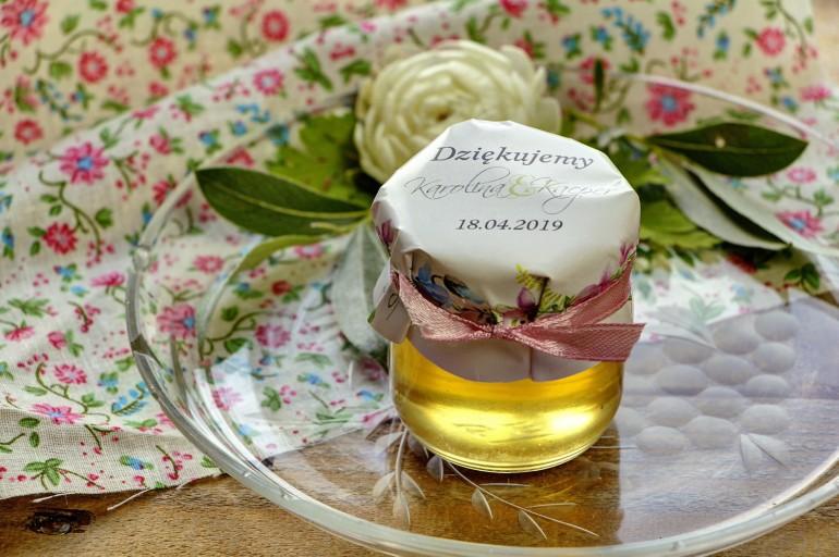 Słodkie upominki dla gości weselnych, ślubnych w postaci słoiczków z Miodem. Delikatny wzór z pastelowymi fiołkami