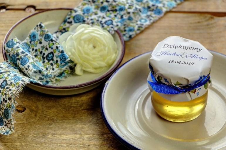Słodkie upominki dla gości weselnych, ślubnych w postaci słoiczków z Miodem. Delikatna kompozycja z drobnymi kwiatami