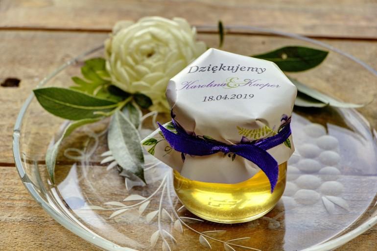 Słodkie upominki dla gości weselnych, ślubnych w postaci słoiczków z Miodem. Delikatny wiosenny wzór z fioletowymi fiołkami