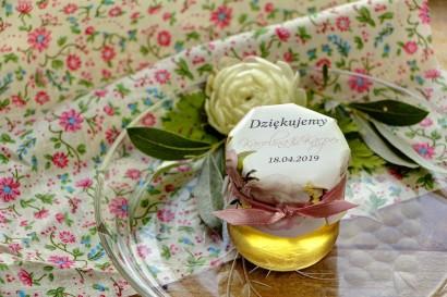 Słodkie upominki dla gości weselnych, ślubnych w postaci słoiczków z Miodem. Piękne pudrowo różowe piwonie