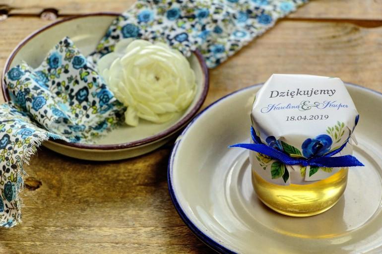 Słodkie upominki dla gości weselnych, ślubnych w postaci słoiczków z Miodem. Delikatne akwarelowe róże w niebieskich barwach