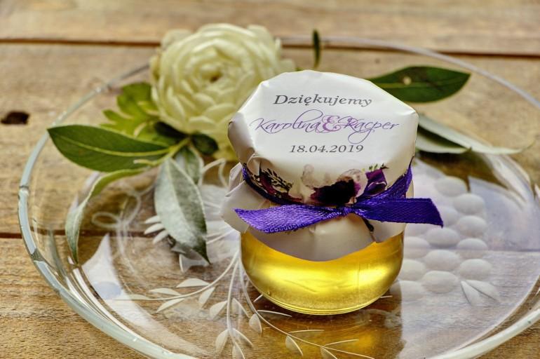Słodkie upominki dla gości weselnych, ślubnych w postaci słoiczków z Miodem. Drobny wzór kwiatowy w różnych odcieniach fioletu