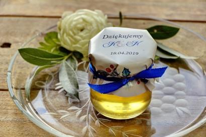 Słodkie upominki dla gości weselnych, ślubnych w postaci słoiczków z Miodem. Zimowa kompozycja błękitnych gałązek iglastych