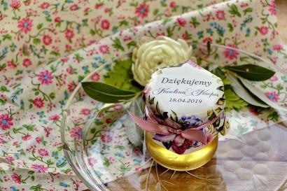 Słodkie upominki dla gości weselnych, ślubnych w postaci słoiczków z Miodem. Efektowna kompozycja kwiatów róży i bzu