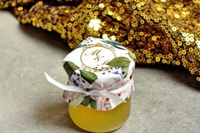Słoiczek z miodem - słodkie podziękowanie dla gości weselnych. Kapturek ze złoconymi inicjałami