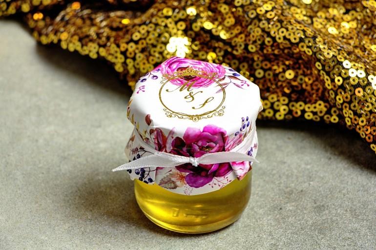 Słoiczek z miodem - słodkie podziękowanie dla gości weselnych. Kapturek ze złoconymi inicjałami. Kwiatowy wzór