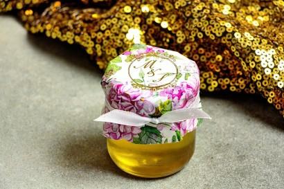 Słoiczek z miodem - słodkie podziękowanie dla gości weselnych. Kapturek ze złoconymi inicjałami. Hortensja