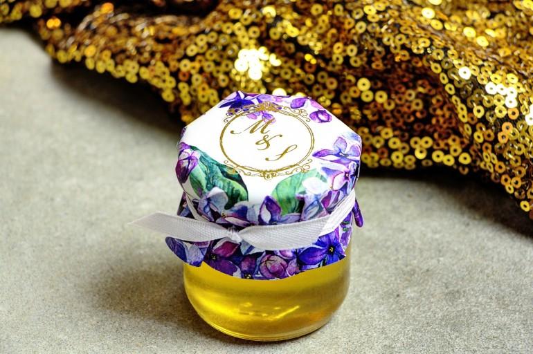 Słoiczek z miodem - słodkie podziękowanie dla gości weselnych. Kapturek ze złoconymi inicjałami. Wiosenne kwiaty bzu