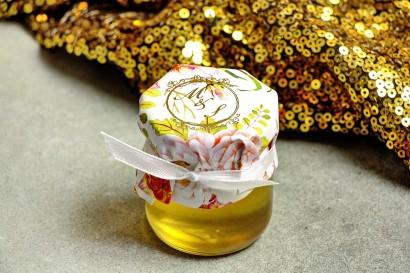Słoiczek z miodem - słodkie podziękowanie dla gości weselnych. Kapturek ze złoconymi inicjałami. Kompozycja piwonii i róży