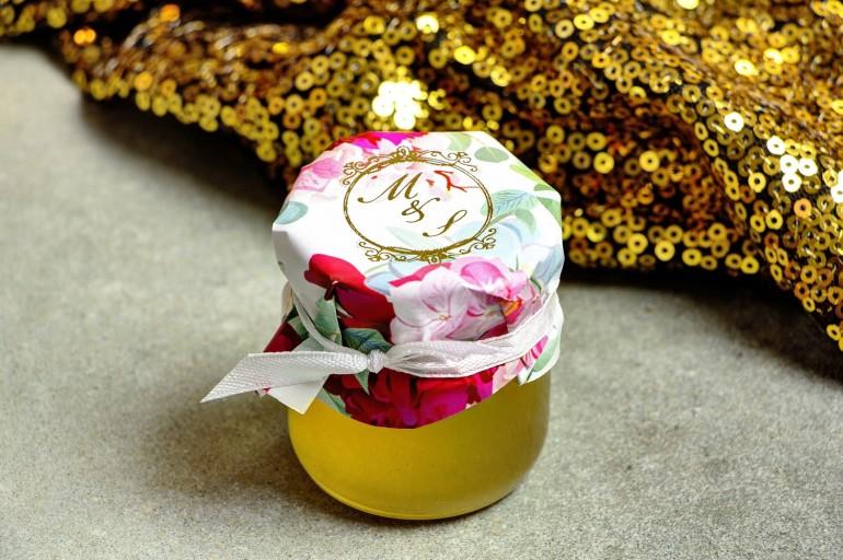 Słoiczek z miodem - słodkie podziękowanie dla gości weselnych. Kapturek ze złoconymi inicjałami. Amarantowe piwonie