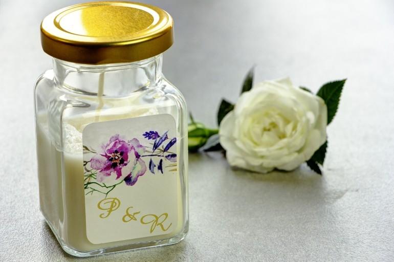 Świeczki - nowe podziękowania i upominki dla gości weselnych, ślubnych. Złocenie na etykiecie oraz grafiką fioletowego wianka