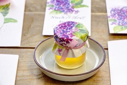 Słodkie podziękowania dla gości weselnych, ślubnych w postaci słoiczków z Miodem. Wiosenne, intensywnie fioletowe kwiaty bzu