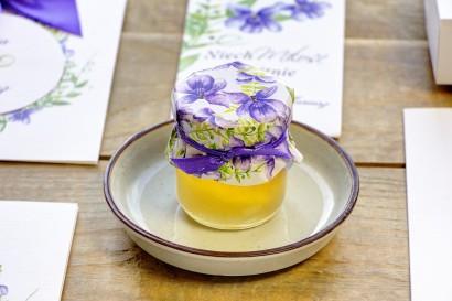 Słodkie podziękowania dla gości weselnych, ślubnych w postaci słoiczków z Miodem. Delikatne kwiaty drobnych bratków