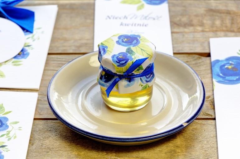 Słodkie podziękowania dla gości weselnych, ślubnych w postaci słoiczków z Miodem. Chabrowe kwiaty malowane akwarelą