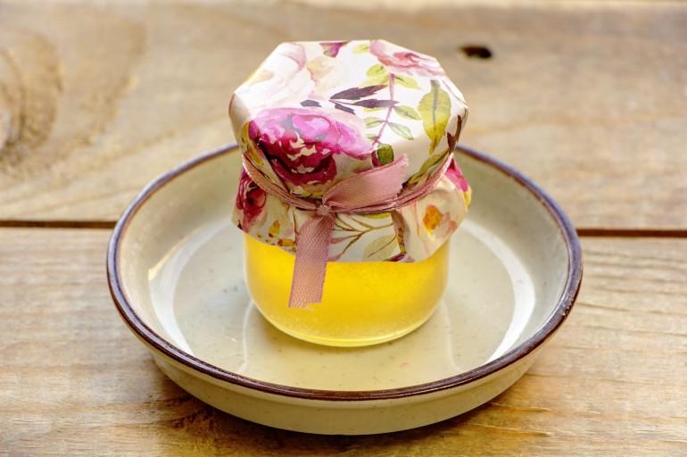 Słodkie podziękowania dla gości weselnych, ślubnych w postaci słoiczków z Miodem. Delikatna pastelowa kompozycja kwiatów piwonii