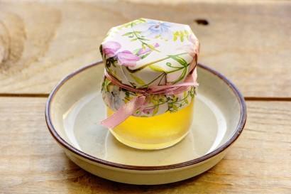 Słodkie podziękowania dla gości weselnych, ślubnych w postaci słoiczków z Miodem. Delikatne, pastelowe kwiaty drobnych bratków