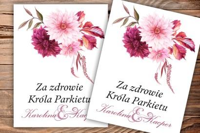 Etykiety samoprzylepne na butelki weselne, ślubne - zimowe połączenie kwiatów dalii z barwach bordo z jasnym różem.