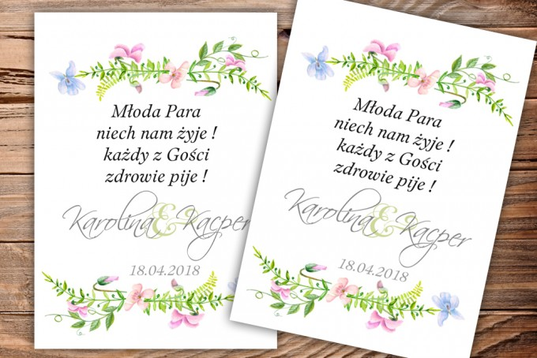 Etykiety samoprzylepne na butelki weselne, ślubne z pastelowymi fiołkami w kolorach jasnego różu i błękitu