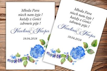Etykiety samoprzylepne na butelki weselne, ślubne-kompozycja z drobnymi kwiatami w chłodnych barwach chabru