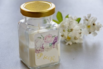 Świeczki - nowe podziękowania i upominki dla gości weselnych, ślubnych. Złocenie na etykiecie oraz grafiką z piwoniami