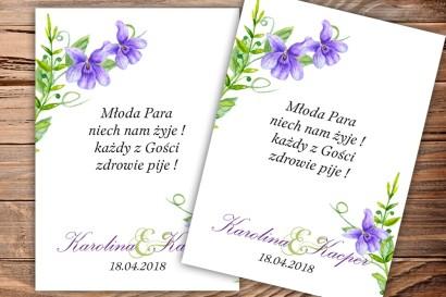 Etykiety samoprzylepne na butelki weselne, ślubne z fioletowymi fiołkami w połączeniu z zielenią