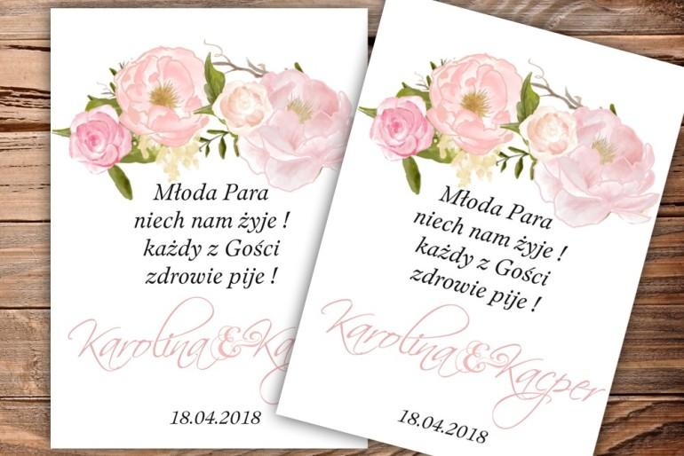 Etykiety samoprzylepne na butelki weselne, ślubne z piwoniami w kolorze jasnego różu.