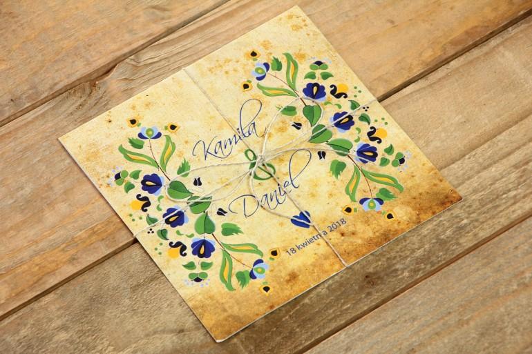Ludowe zaproszenia ślubne ze wzorem kaszubskim z przewagą koloru niebieskiego i zielonego.