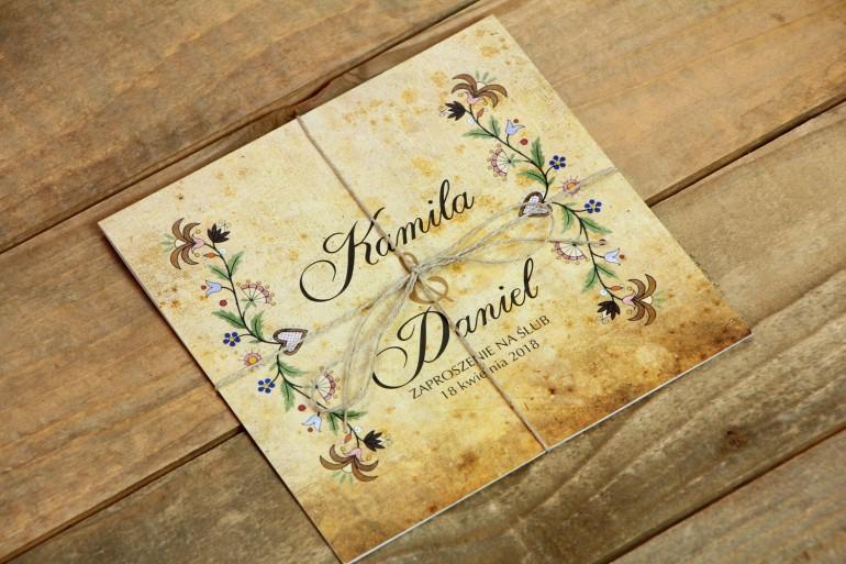 Ludowe zaproszenia ślubne ze wzorem kaszubskim z delikatną folklorystyczną grafiką.