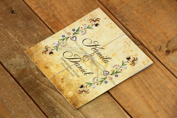 Ludowe zaproszenia ślubne ze wzorem kaszubskim. Zaproszenia przewiązane jutowym sznurkiem