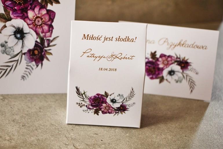 Pudełeczko na cukierki ze złoceniem Cykade 1, podziękowania dla Gości weselnych. Wzór kwiatowy w odcieniach zimnego fioletu.