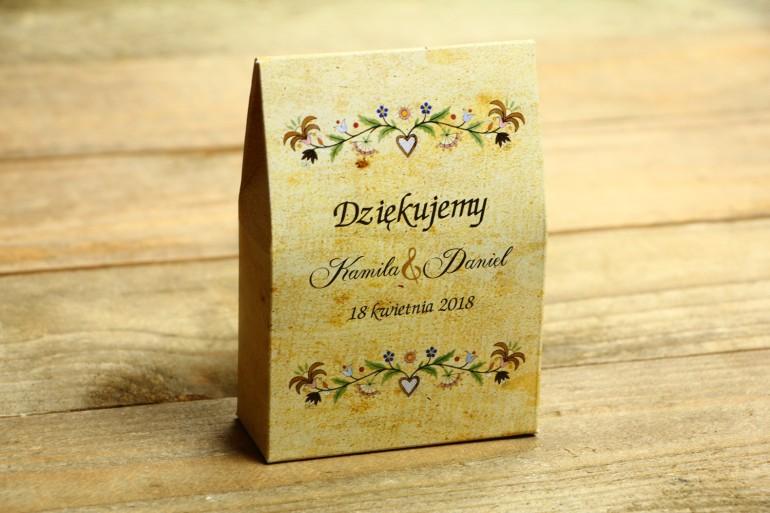 Ludowe Pudełeczko na słodkości jako podziękowania dla gości weselnych. Grafika ze wzorem kaszubskim