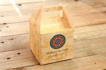 Ludowe, łowickie Pudełko na Ciasto Weselne. Bogata gama kolorów podkreśla folklorystyczny charakter
