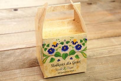Ludowe Pudełko na Ciasto Weselne. Grafika ze wzorem kaszubskim z przewagą koloru niebieskiego i zielonego.