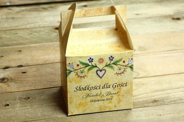 Ludowe Pudełko na Ciasto Weselne. Grafika ze wzorem kaszubskim z delikatną folklorystyczną grafiką.