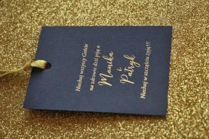 Zawieszki na butelki weselne ze złoceniem w stylu Glamour - Granatowe